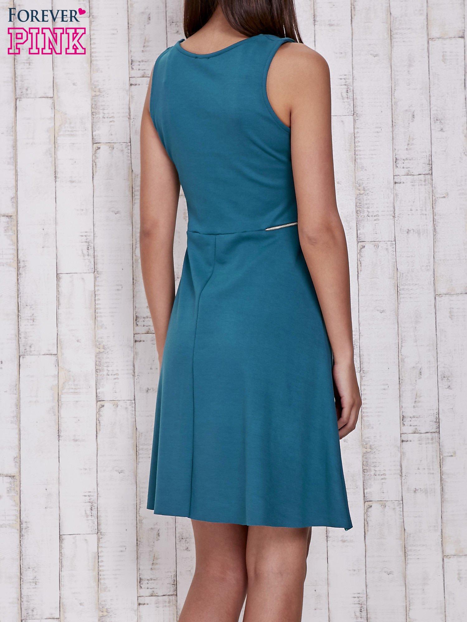Zielona rozkloszowana sukienka z suwakami w talii                                  zdj.                                  4