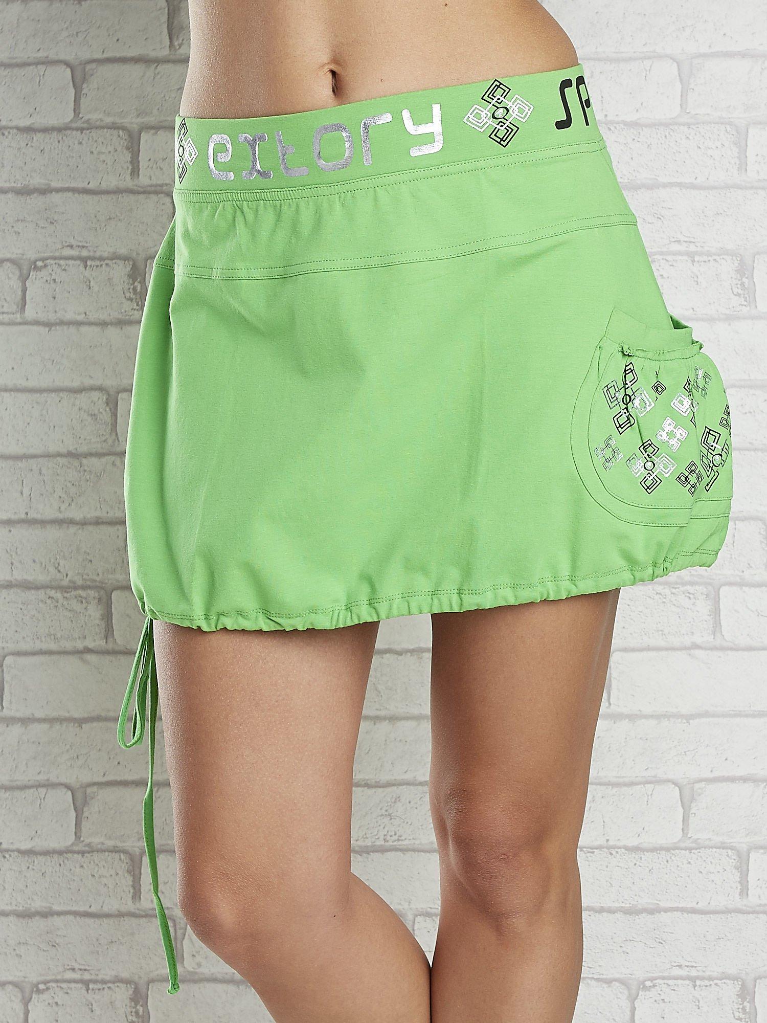 Zielona spódnica dresowa z nadrukami i troczkiem na dole                                  zdj.                                  4