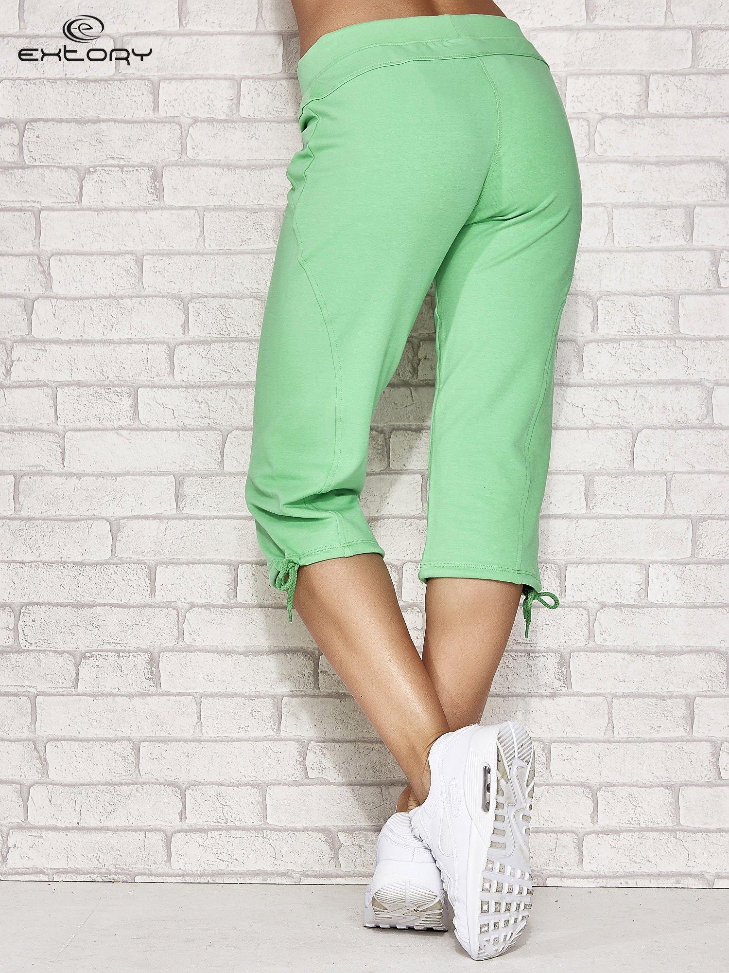 Zielone spodnie dresowe capri z kieszonką                                  zdj.                                  2