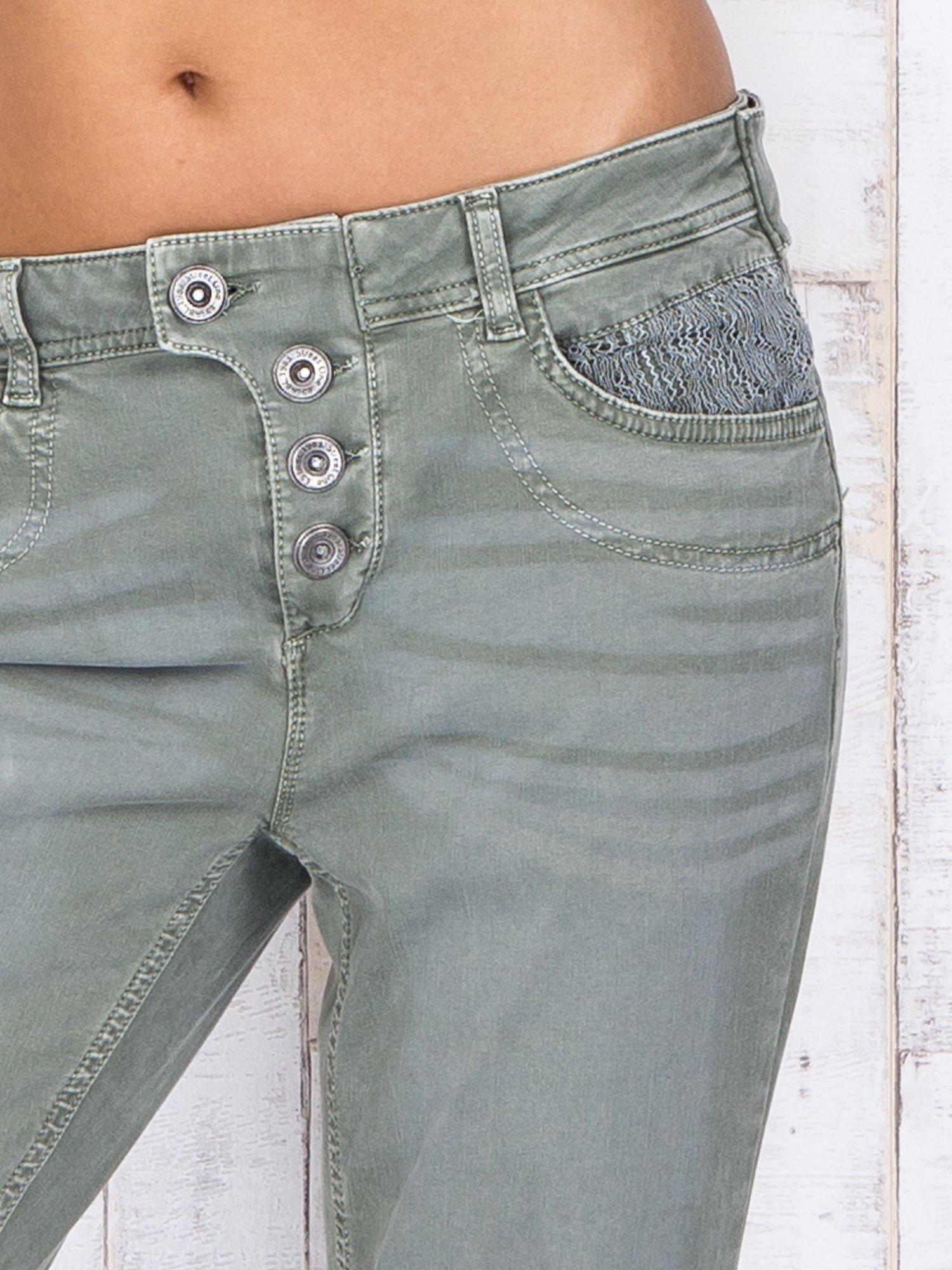 Zielone strechowe spodnie z koronką przy kieszeni                                  zdj.                                  4