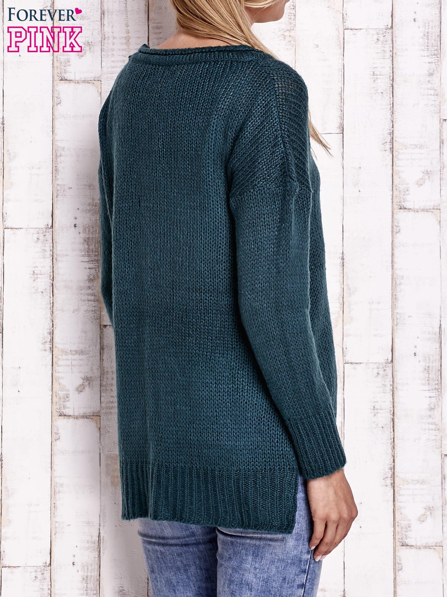 Zielony dzianinowy sweter z dłuższym tyłem                                  zdj.                                  4