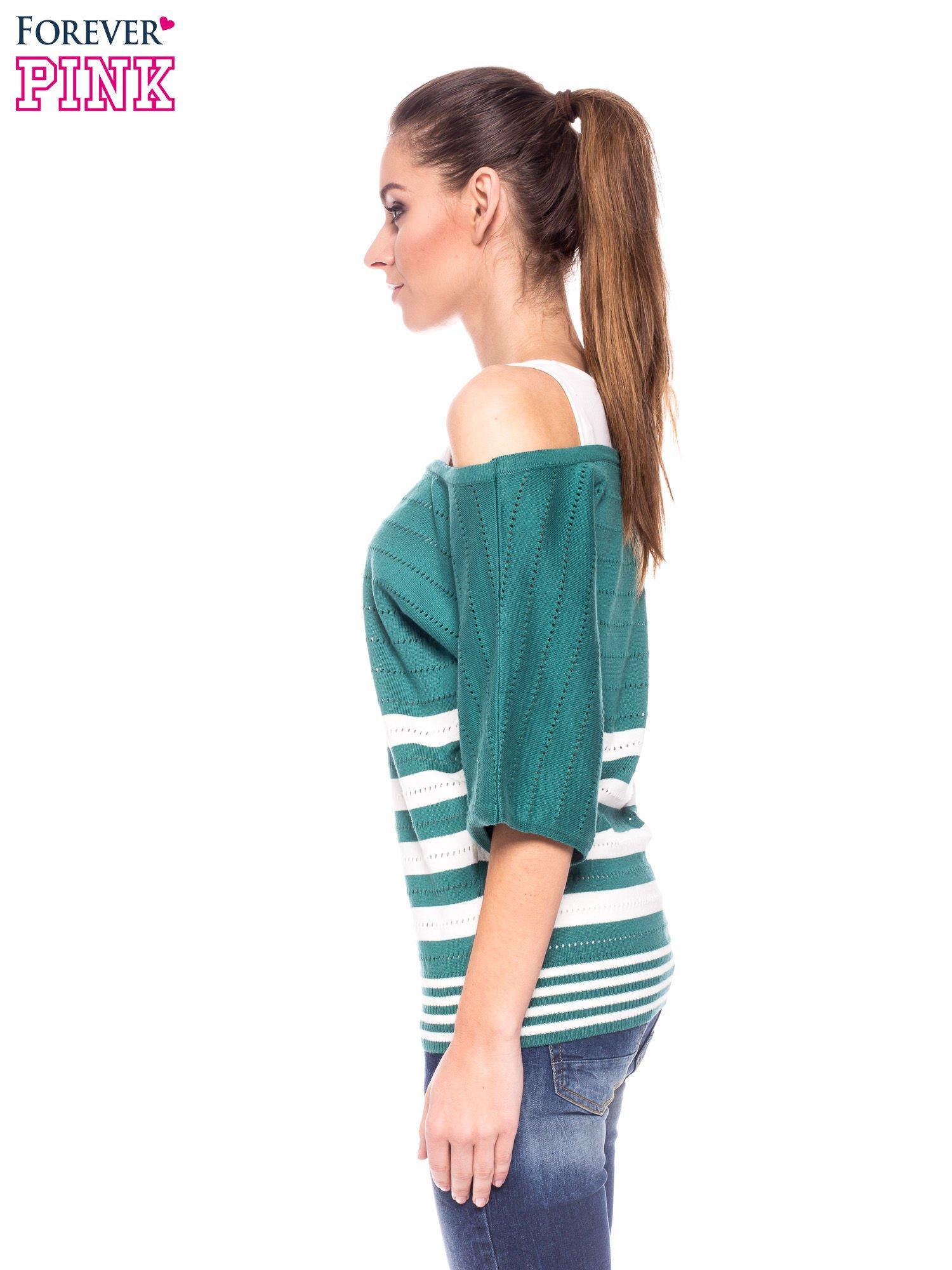 Zielony sweter w paski z szerokim dekoltem                                  zdj.                                  3