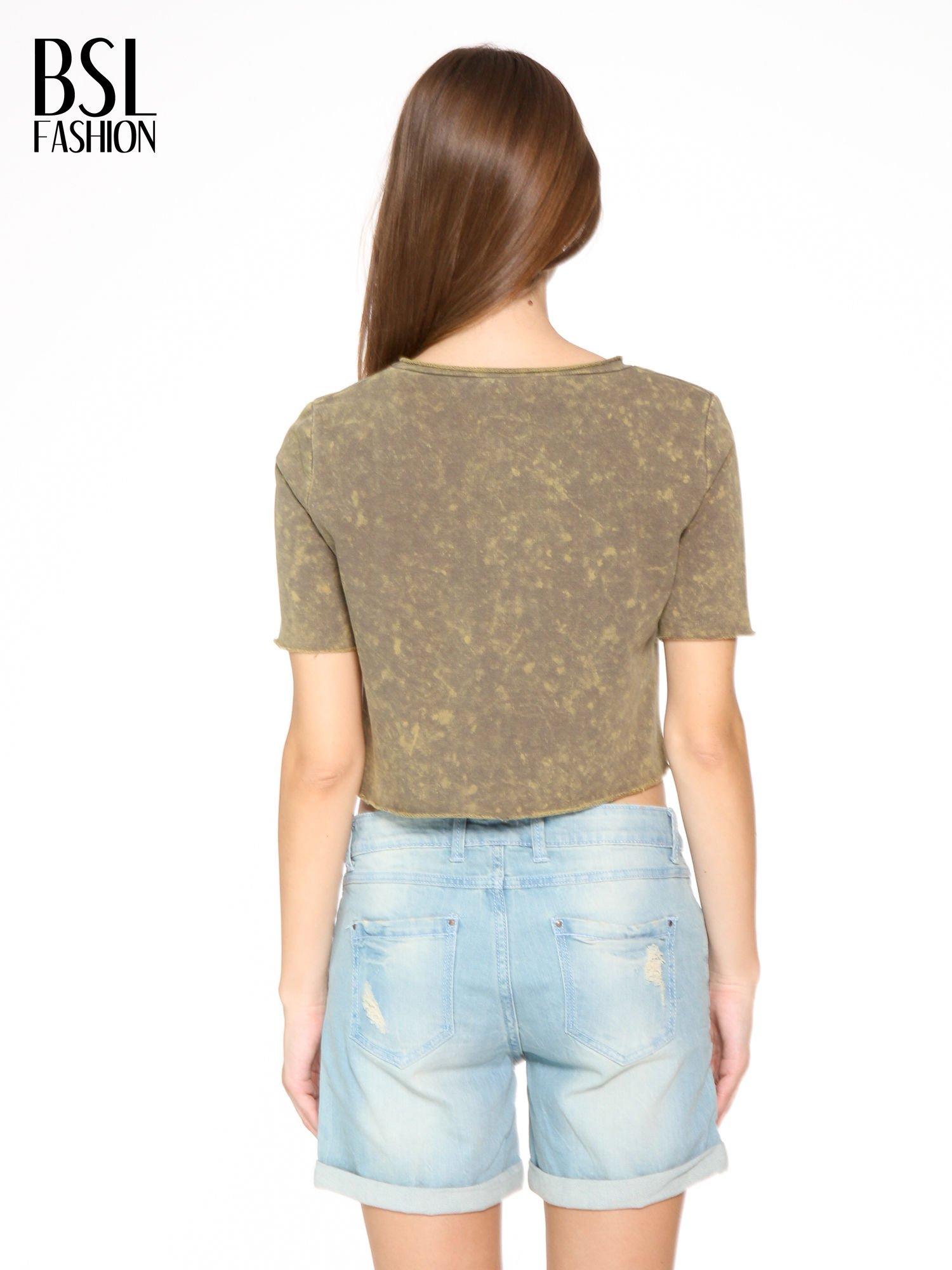 Zielony t-shirt cropped z cekinowym sercem                                  zdj.                                  4