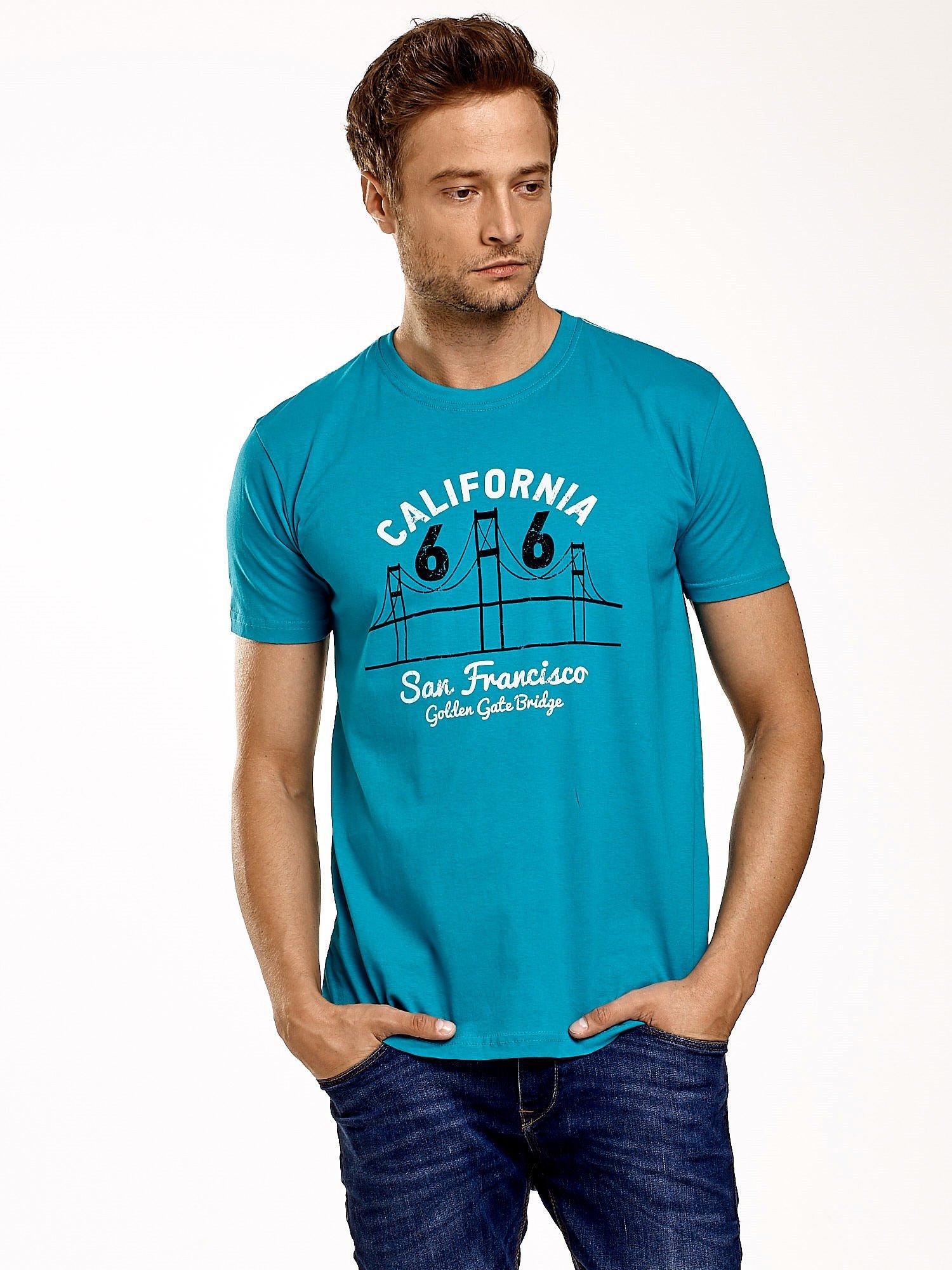 Zielony t-shirt męski z nadrukiem mostu i napisem CALIFORNIA 66                                  zdj.                                  1