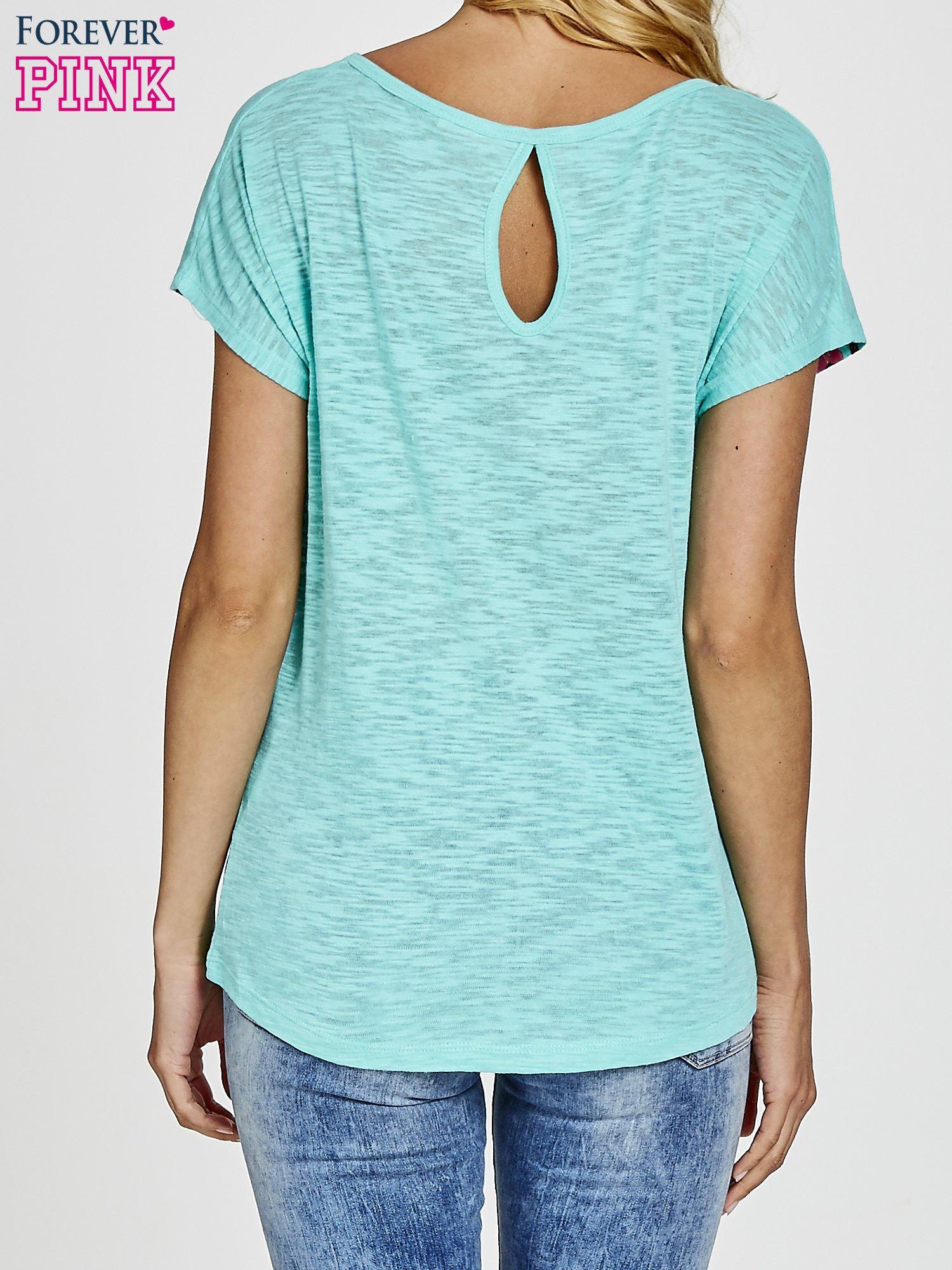 Zielony t-shirt we wzory azteckie z dżetami                                  zdj.                                  4