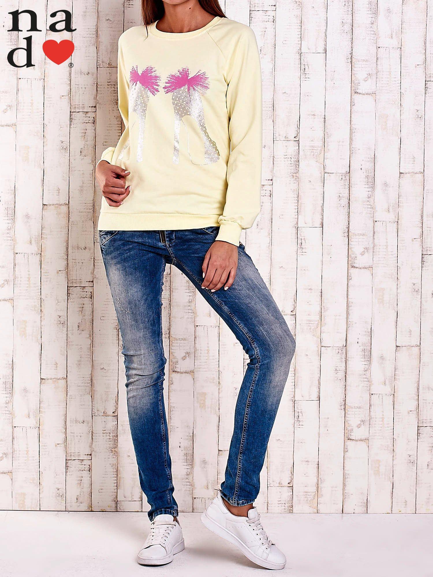 Żółta bluza z nadrukiem szpilek                                  zdj.                                  2