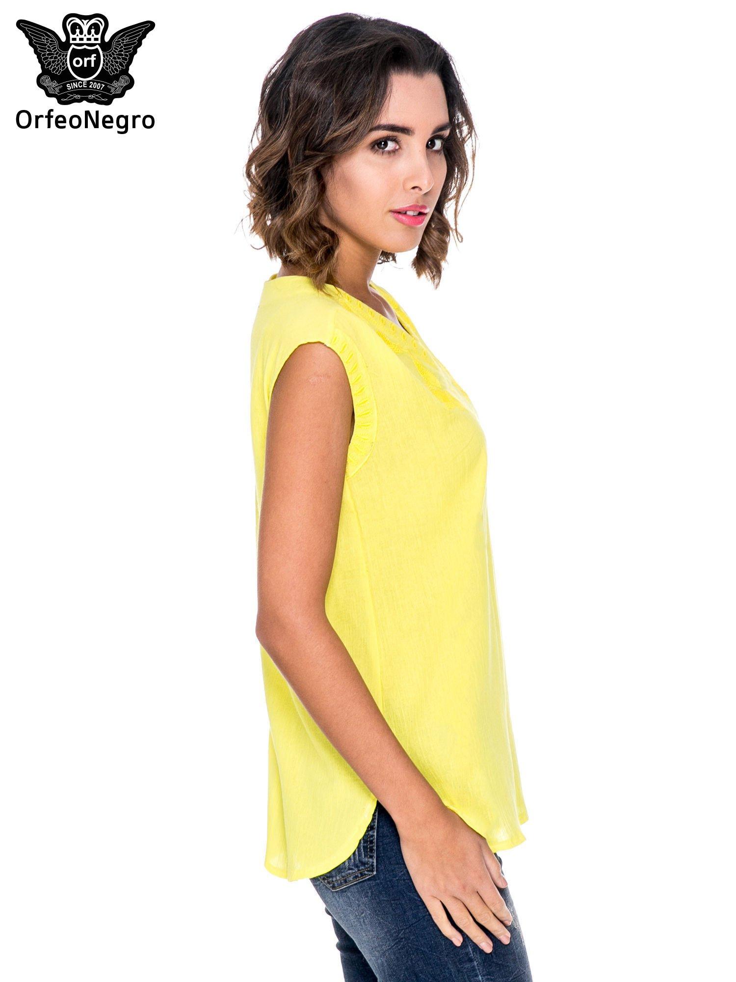 Żółta bluzka koszulowa z haftowanym dekoltem V-neck                                  zdj.                                  3