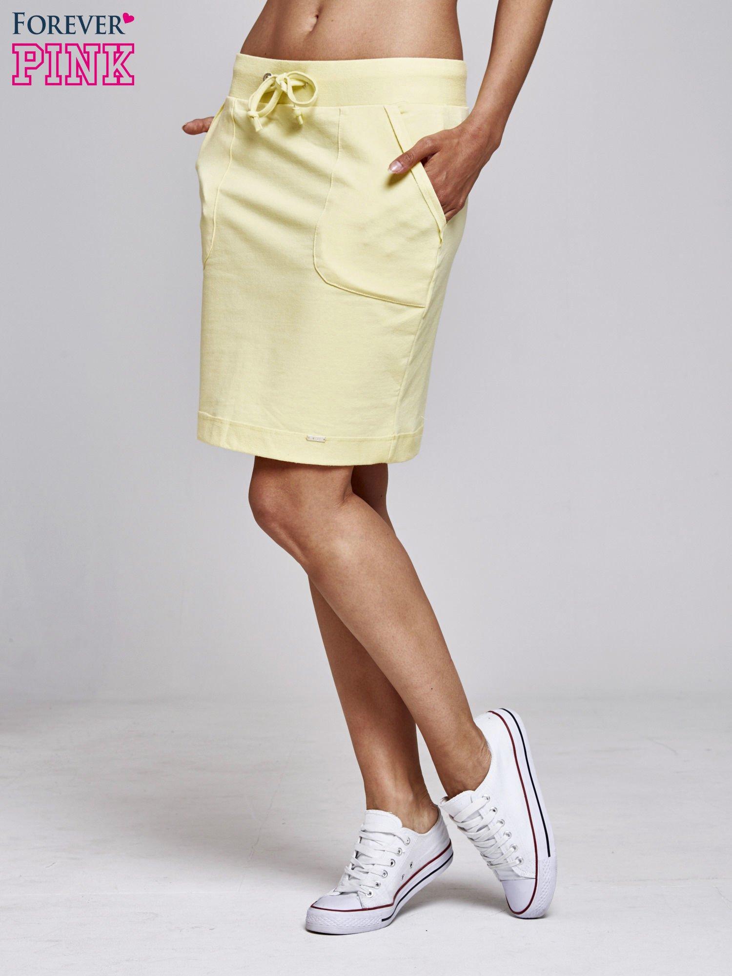Żółta spódnica dresowa z kieszeniami                                  zdj.                                  3