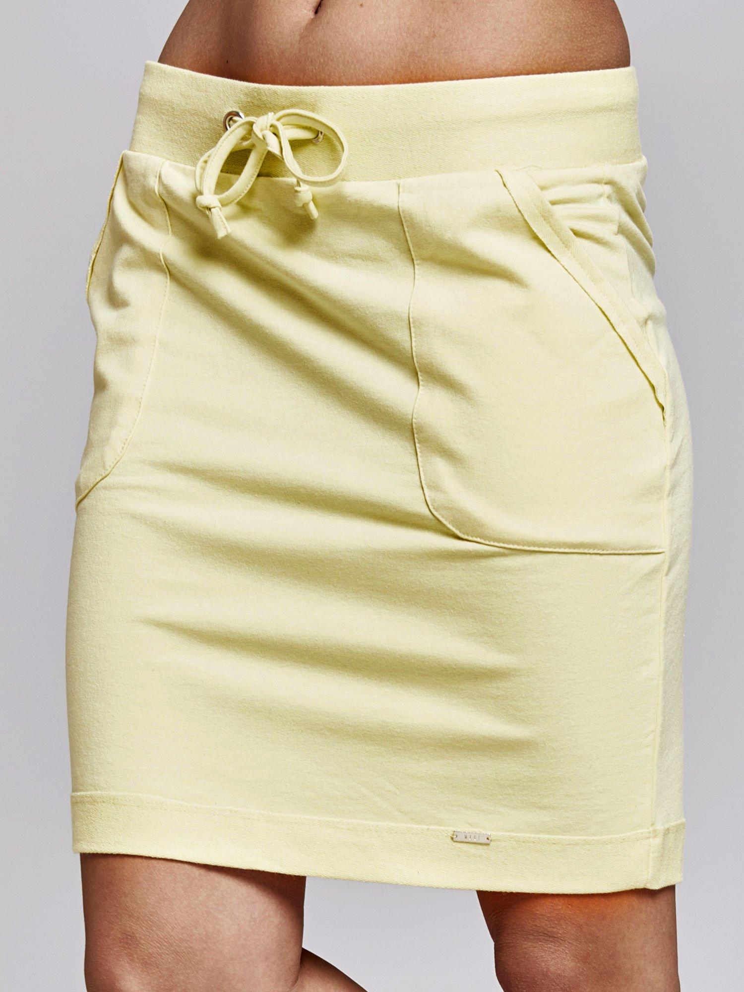 Żółta spódnica dresowa z kieszeniami                                  zdj.                                  1