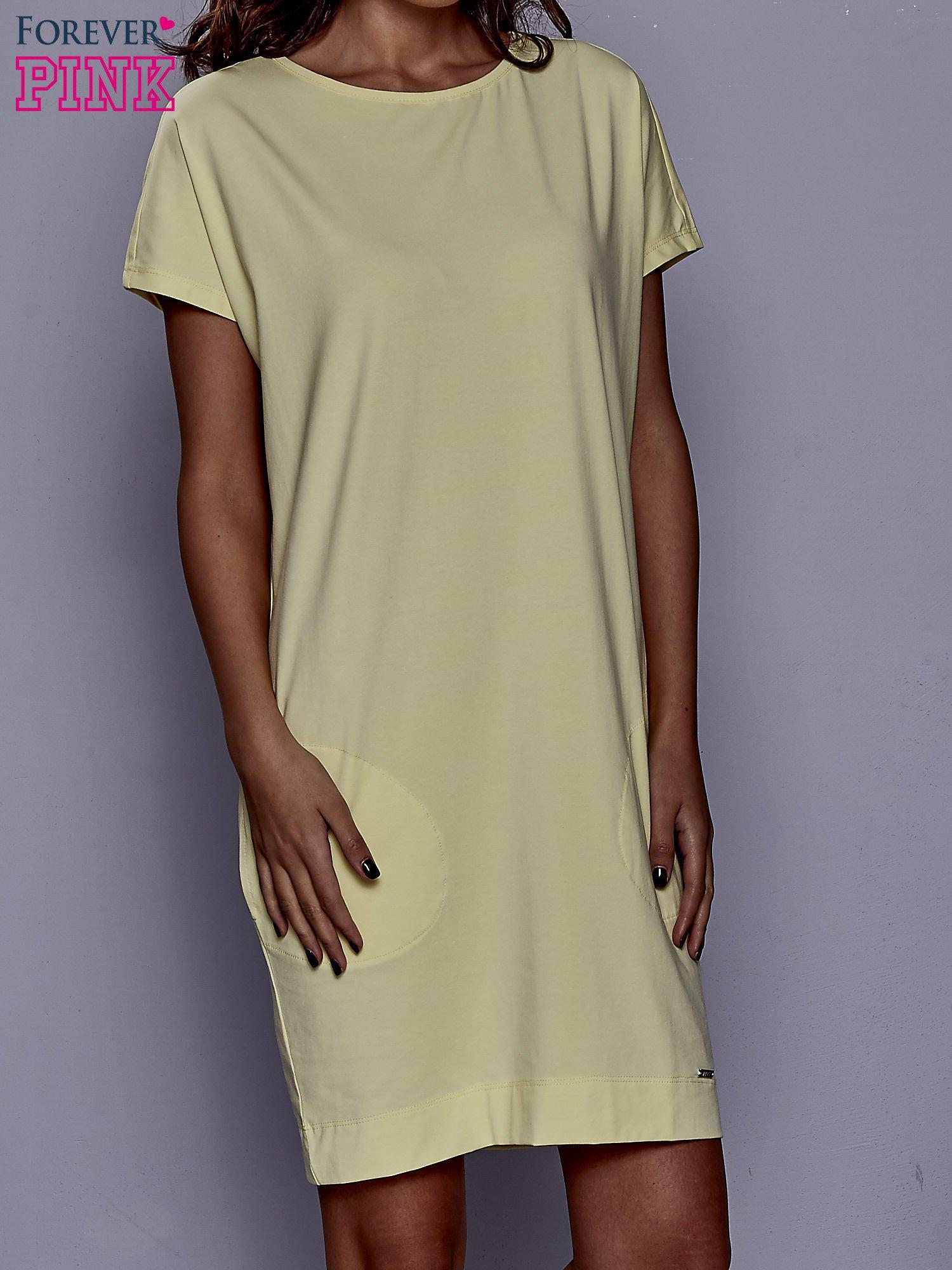 Żółta sukienka dresowa z kieszeniami po bokach                                  zdj.                                  1