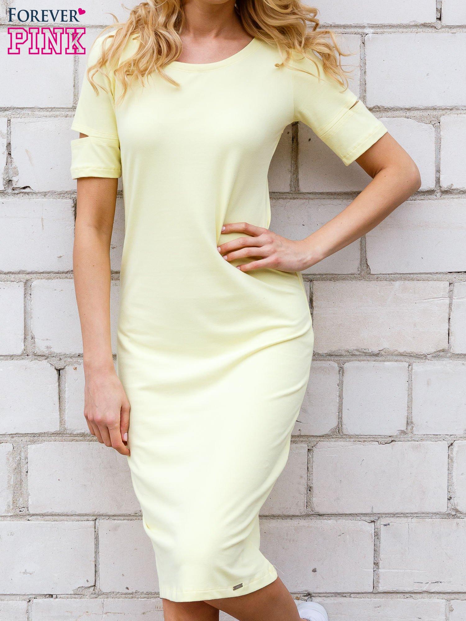 Żółta sukienka z rozcięciami na rękawach                                  zdj.                                  1
