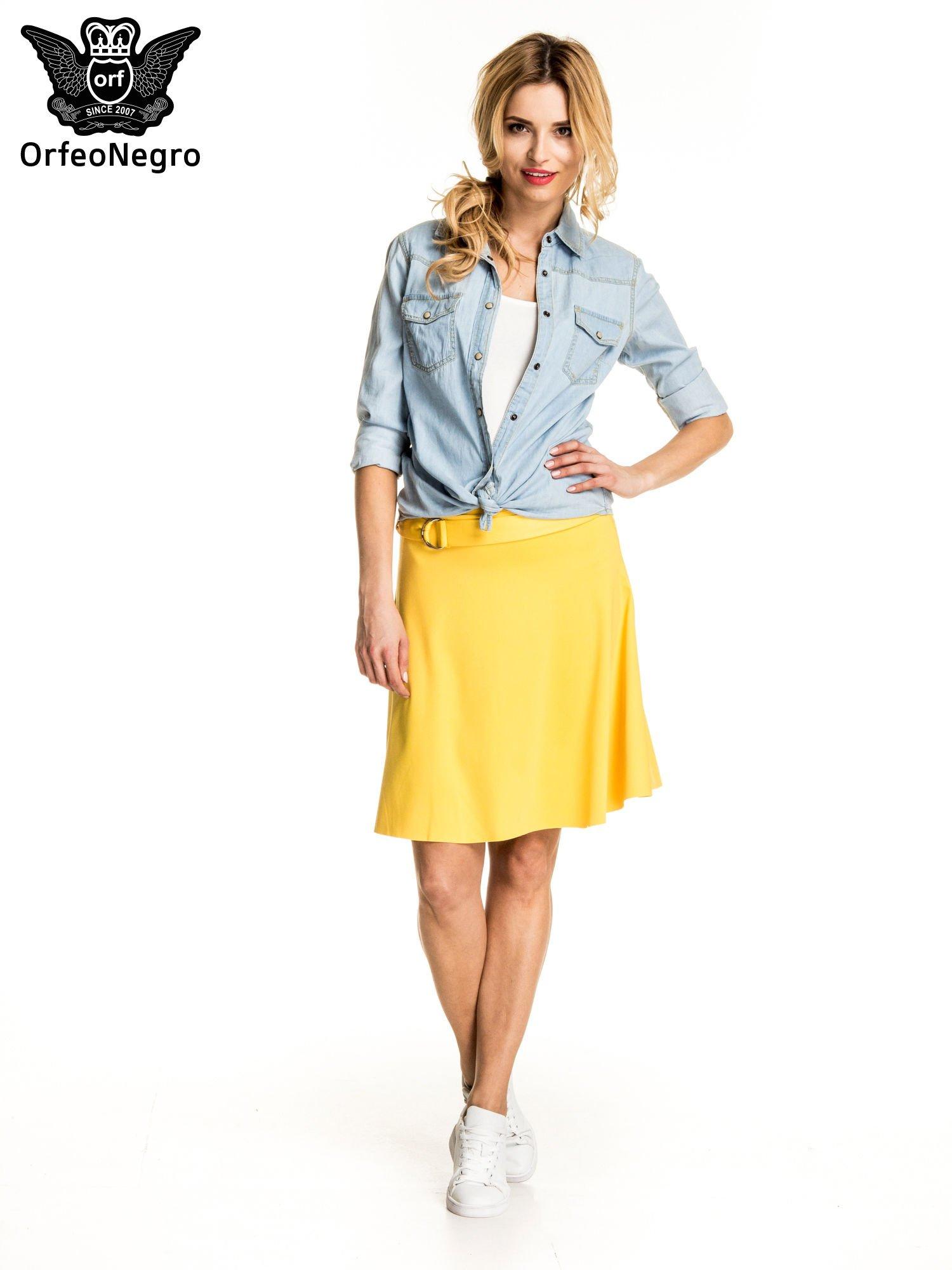 Żółta trapezowa spódnica z paskiem z klamrą                                  zdj.                                  4