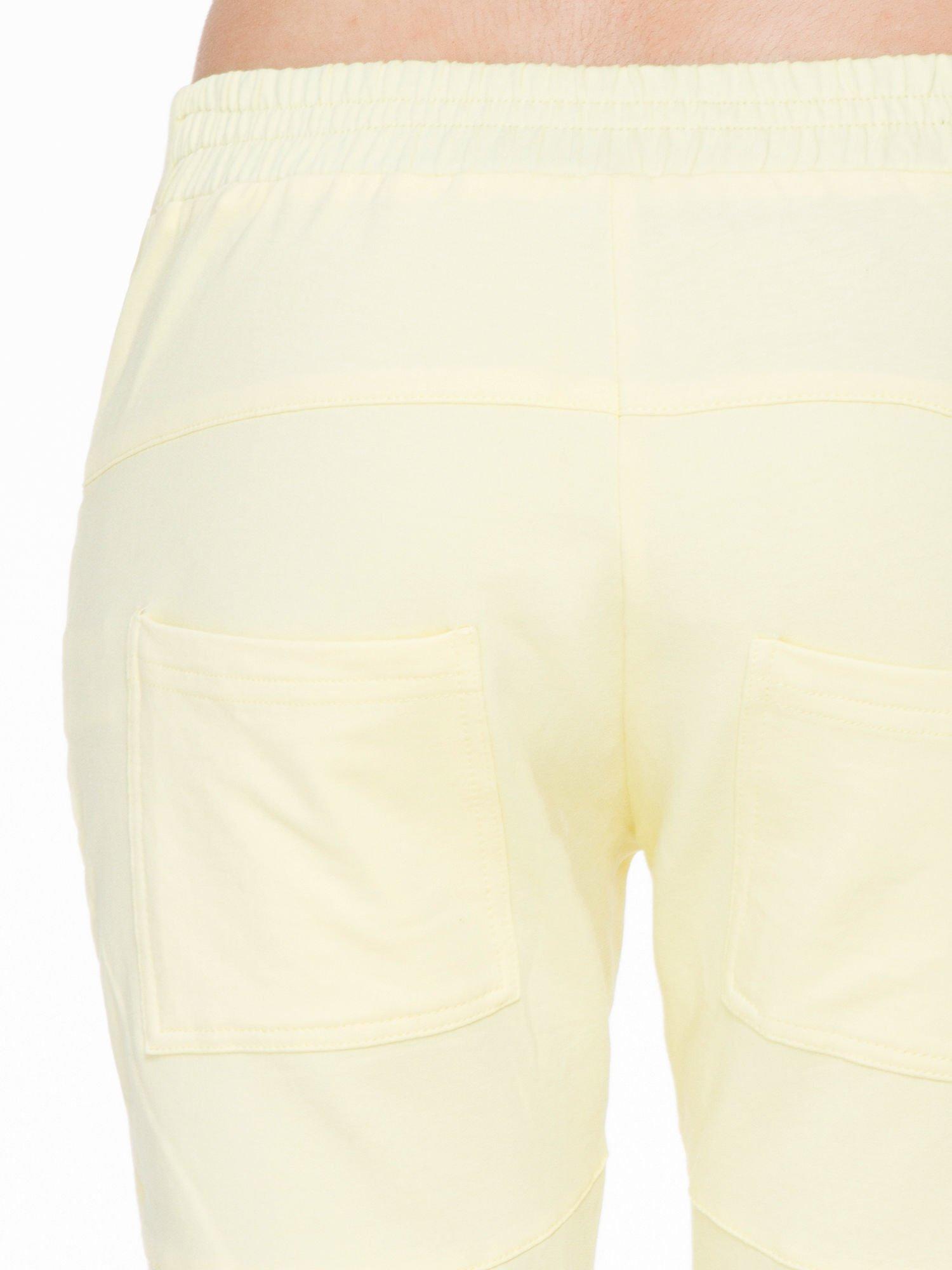 Żółte spodnie dresowe typu baggy z suwakiem                                  zdj.                                  7