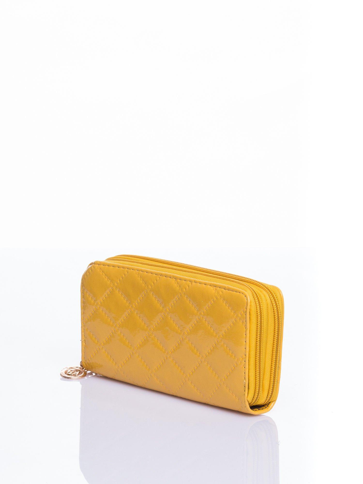 Żółty lakierowany pikowany portfel                                  zdj.                                  2