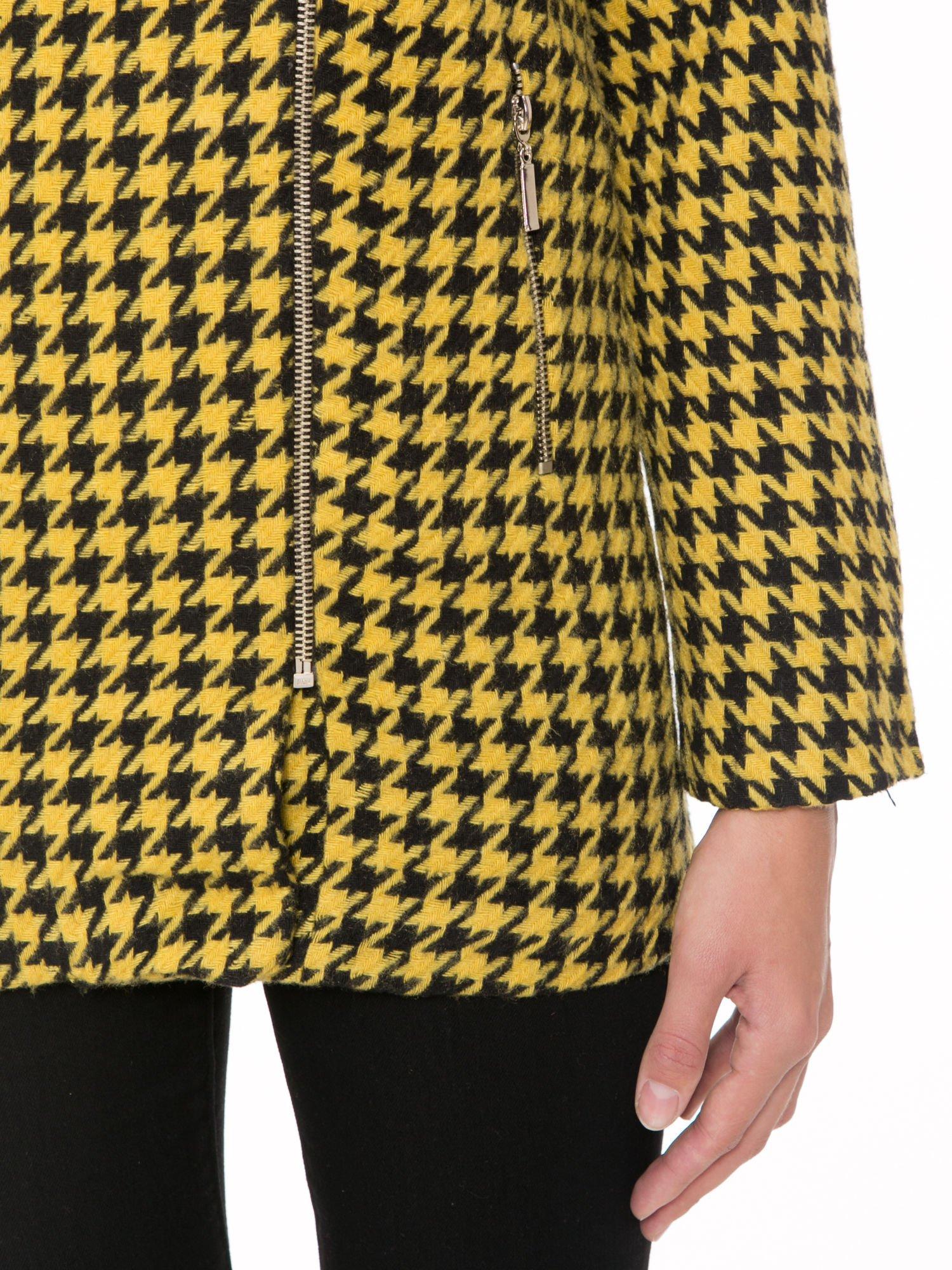 Żółty płaszcz ze skośnym suwakiem we wzór w pepitkę                                  zdj.                                  6