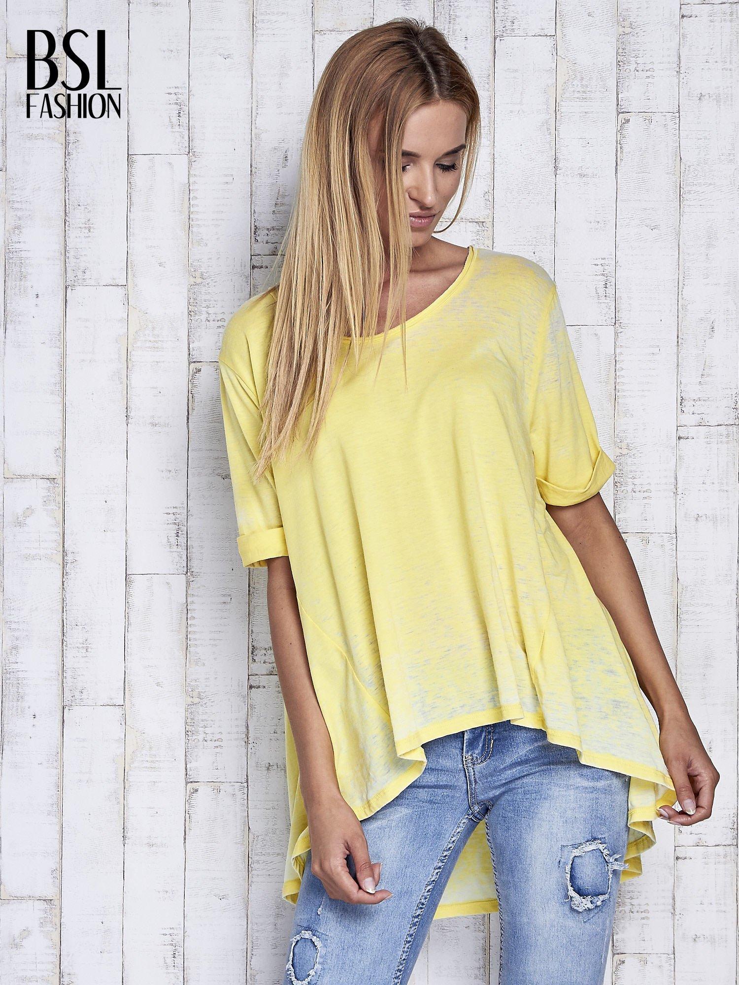 Żółty t-shirt acid wash z szerokim asymetrycznym dołem                                  zdj.                                  3