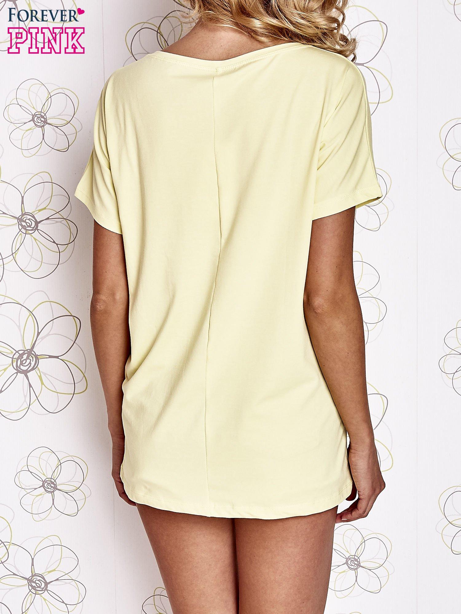 Żółty t-shirt z hashtagiem #BECAUSE                                  zdj.                                  4