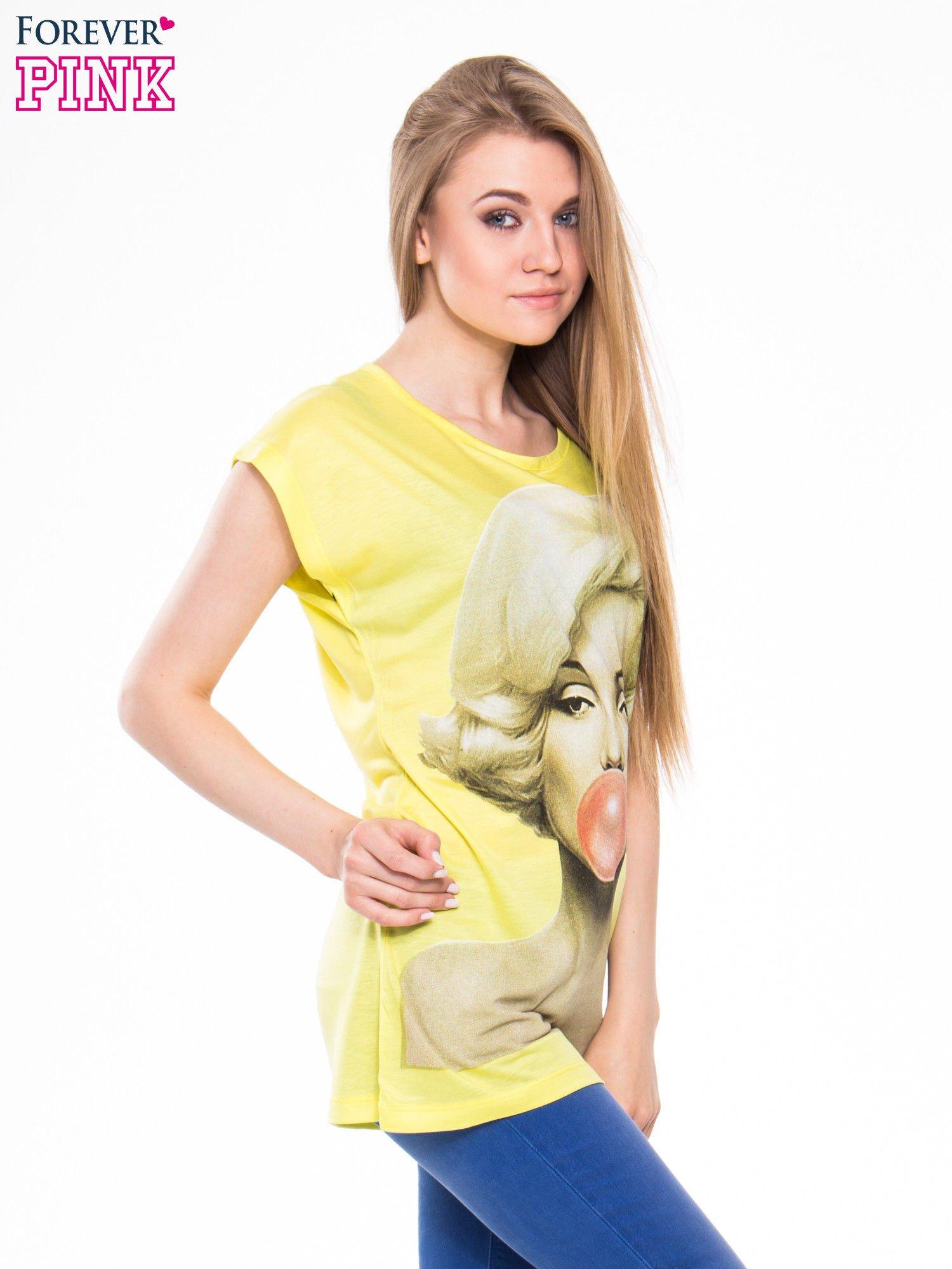 Żółty t-shirt z nadrukiem Marilyn Monroe z gumą balonową                                  zdj.                                  2