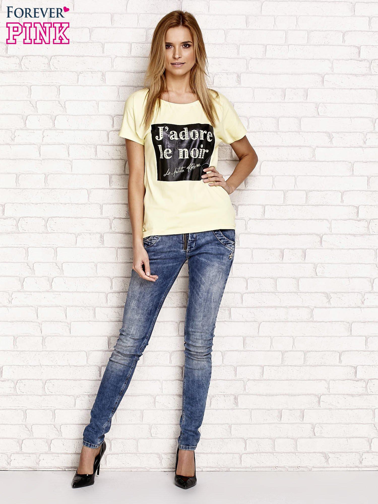 Żółty t-shirt z napisem J'ADORE LE NOIR                                  zdj.                                  4