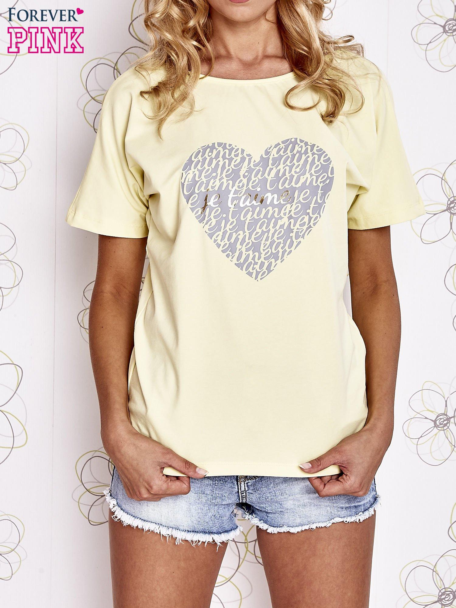 Żółty t-shirt z napisem JE T'AIME i dekoltem na plecach                                  zdj.                                  1