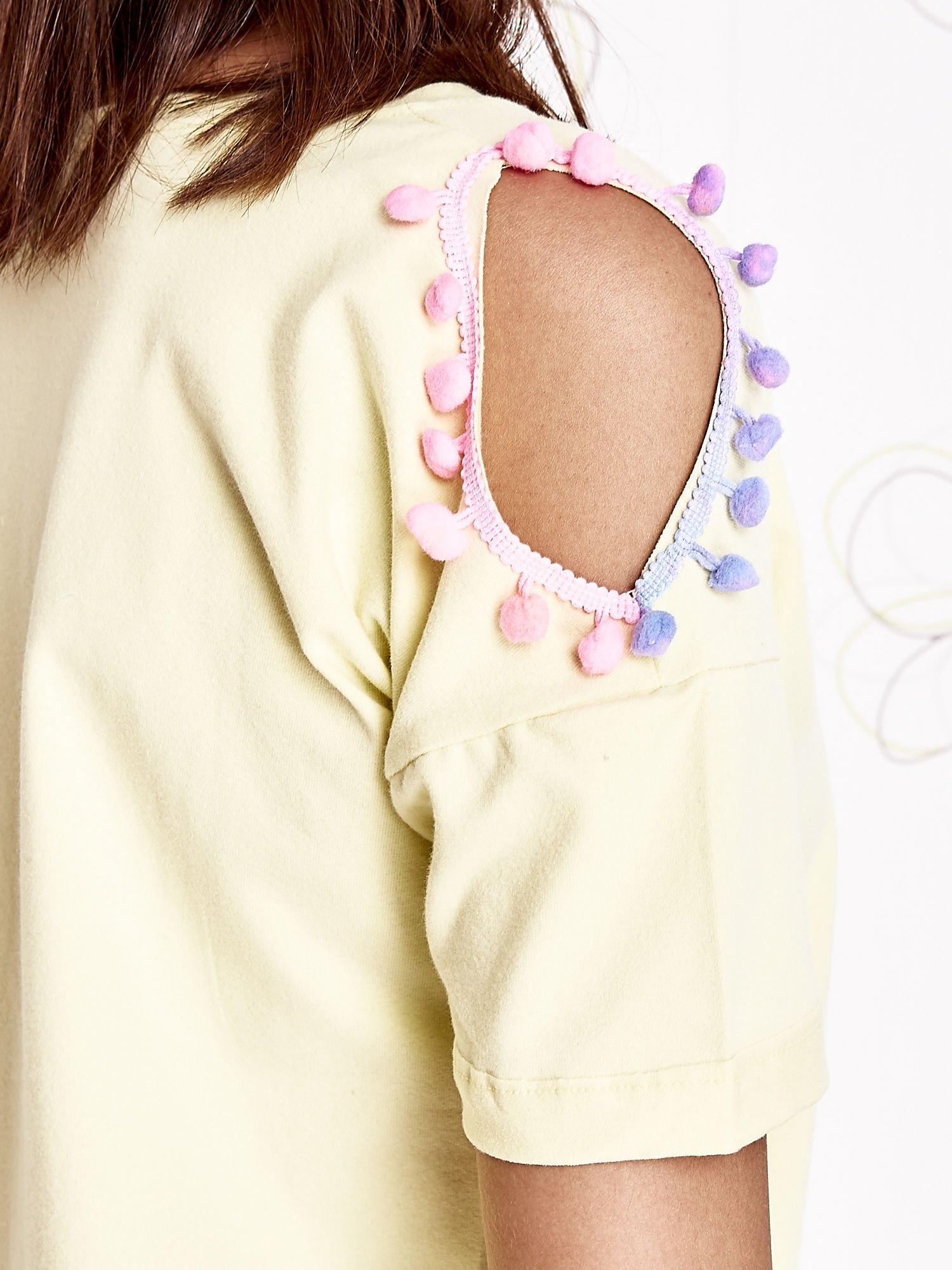 Żółty t-shirt z naszywką motyla i pomponami                                  zdj.                                  5