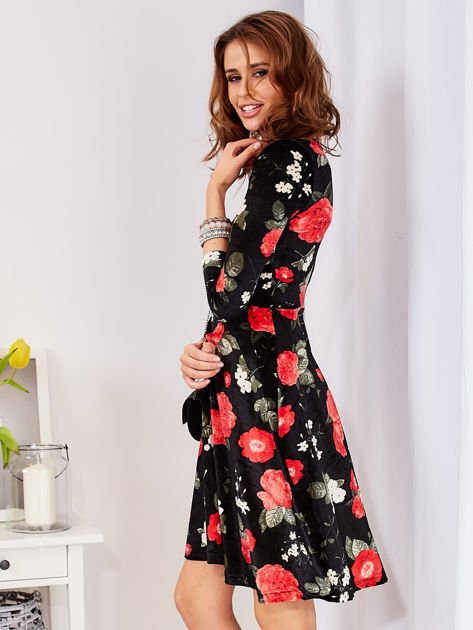 Aksamitna czarna sukienka w kontrastowe kwiaty                              zdj.                              3