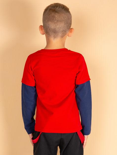 Bawełniana czerwona bluzka dla chłopca ze sportowymi naszywkami                              zdj.                              2