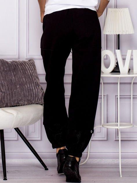 Bawełniane spodnie dresowe z wężowymi wstawkami czarne                                  zdj.                                  2