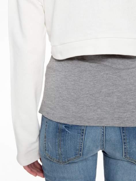 Beżowa bluza cropped ze złotym napisem SELFIE                                  zdj.                                  10
