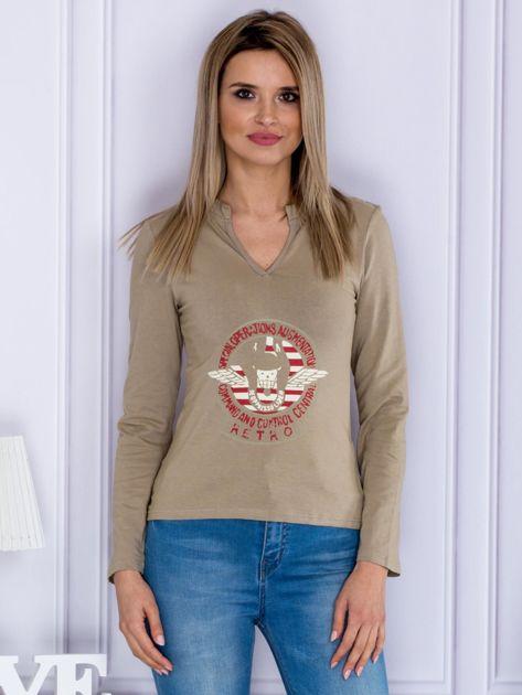Beżowa bluzka z militarnym nadrukiem