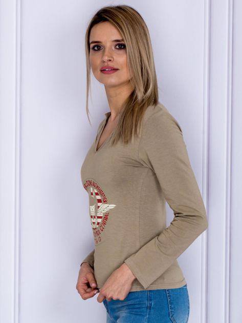 Beżowa bluzka z militarnym nadrukiem                              zdj.                              5
