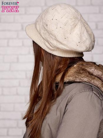 Beżowa dziergana czapka z daszkiem                                  zdj.                                  2