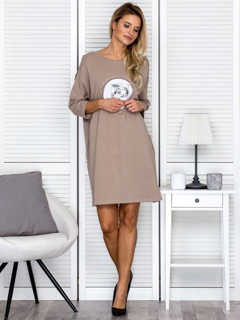 Beżowa sukienka damska oversize z perełkami i okrągłą naszywką                              zdj.                              4