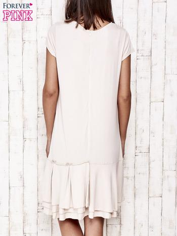 Beżowa sukienka dresowa z ozdobną falbaną                                  zdj.                                  4