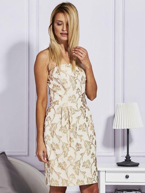 Beżowa sukienka o wypukłej fakturze                              zdj.                              5