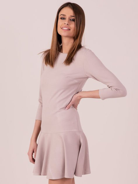 Beżowa sukienka z ozdobną falbaną z tyłu                              zdj.                              2