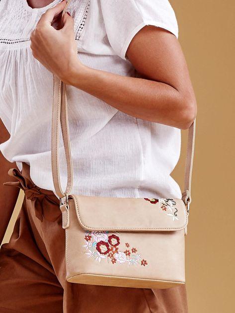 Beżowa torebka z kwiatowymi haftami                              zdj.                              1