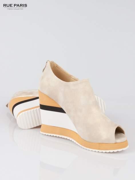Beżowe buty open toe na koturnie w paski                                  zdj.                                  4
