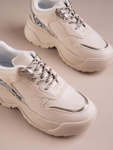Beżowe buty sportowe na podwyższeniu z błyszczącą wstawką i zwierzęcym motywem                              zdj.                              2