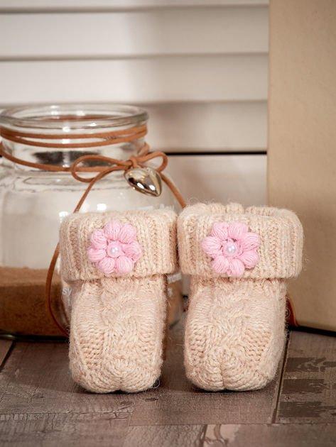 Beżowe dziergane buciki dziewczęce z kwiatuszkami i perełkami                              zdj.                              1