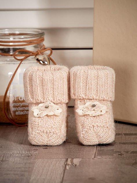 Beżowe dziergane miękkie buciki dziewczęce z diamencikami                              zdj.                              1