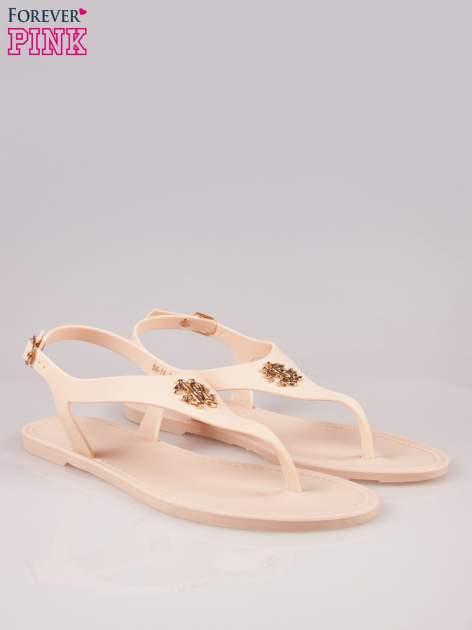 Beżowe gumowe sandały japonki z biżuteryjnym dodatkiem                                  zdj.                                  2