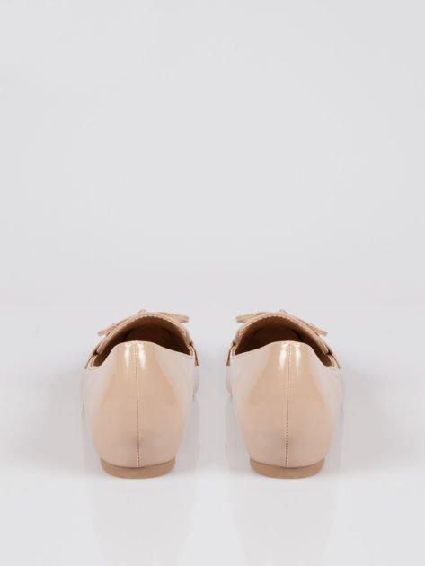 Beżowe lakierowane mokasyny faux polish leather z kokardką                                  zdj.                                  3