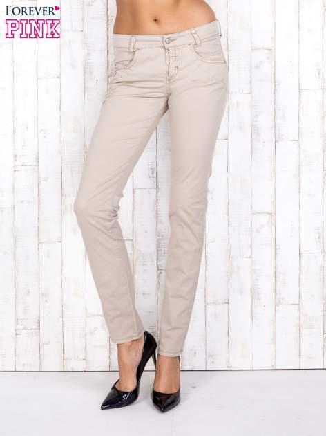 Beżowe materiałowe spodnie regular na guziki                                  zdj.                                  1