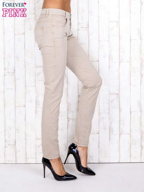 Beżowe materiałowe spodnie regular na guziki                                  zdj.                                  3