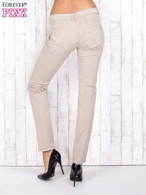 Beżowe materiałowe spodnie regular na guziki                                  zdj.                                  2