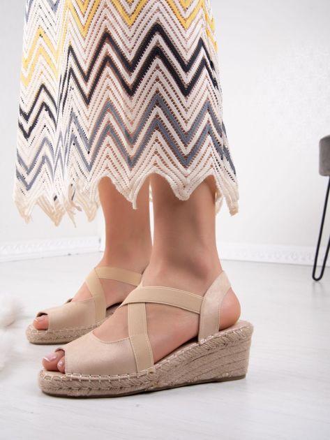 Beżowe sandały na koturnach z elastycznymi paskami