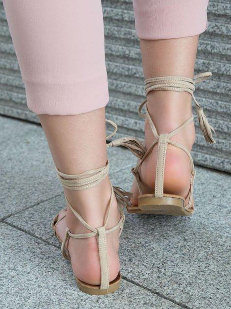 Beżowe sandały wiązane wokół kostki ozdobnym chwostem                              zdj.                              3