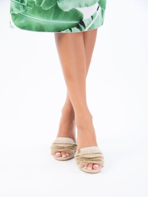 Beżowe sandały z ozdobnym frędzelkowym przodem                              zdj.                              5