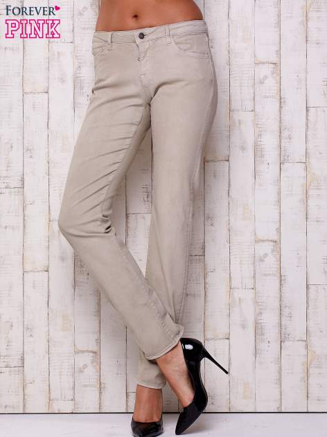 Beżowe spodnie o prostym kroju